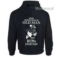 Vest-never-underestimate-an-old-man-who-runs-every-day-div.kleuren-P0061