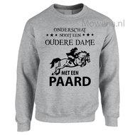 Sweater-onderschat-nooit-een-oudere-dame-op-een-paardak-SP103